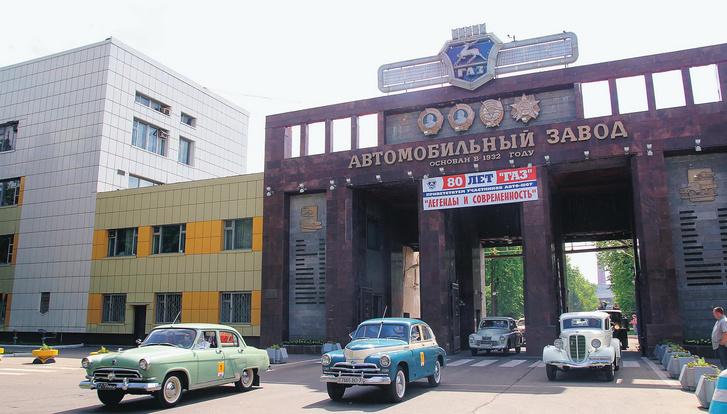 A gyár bejárata ma, a kapuban a tegnap autóival