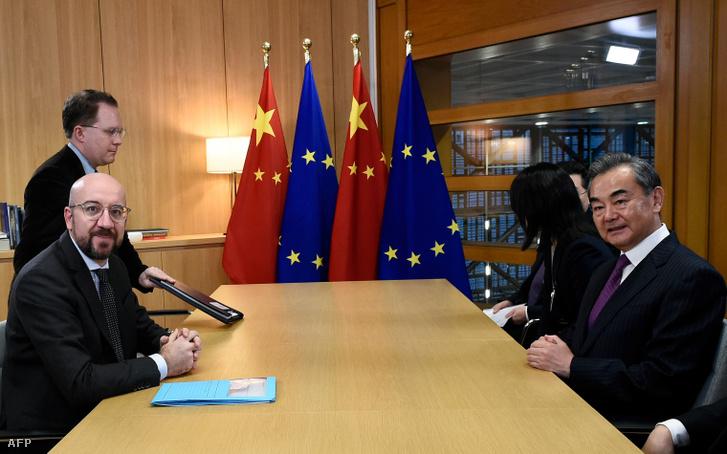 Charles Michel, az Európai Tanács elnöke (balra) és Wang Yi, Kína külügyminisztere 2019. december 17-én tárgyalt Brüsszelben