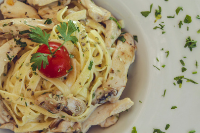 Pikáns 30 perces tészta csirkemellel – Isteni ebéd vilámgyorsan