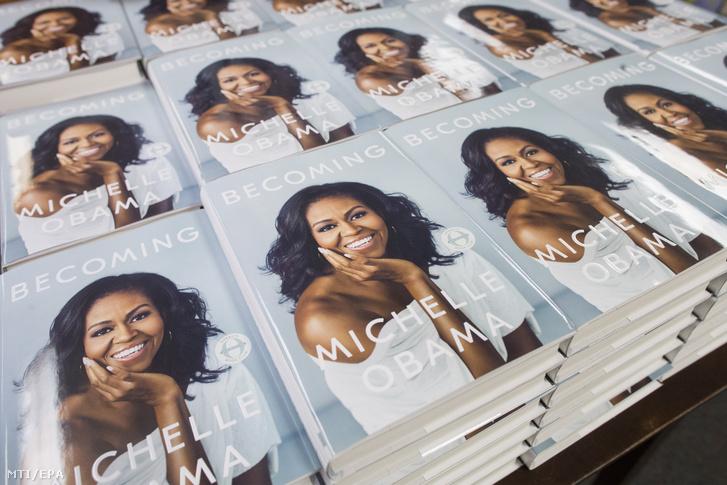 Michelle Obama Becoming című könyvének kötetei egy washingtoni boltban.