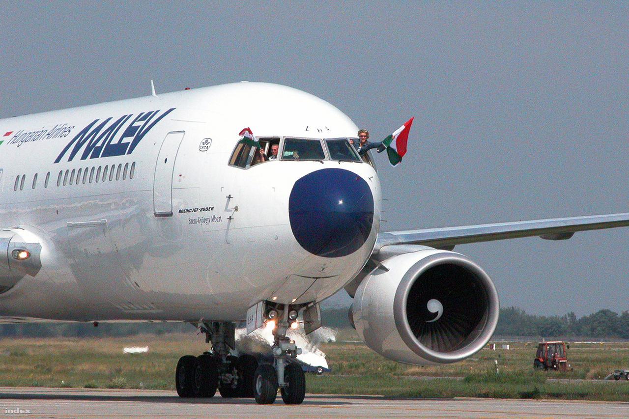 Malév Boeing 767-200ER gépe, a Szent-Györgyi Albert hozza a 2004-es athéni olmpiáról hazatérő magyar sportolókat.