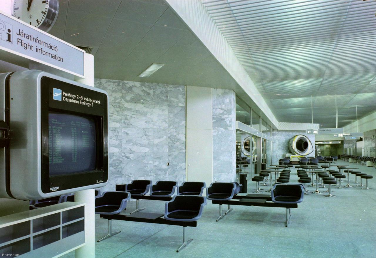 A Ferihegy 2-es Terminált (2A) 1985-ben nyitották meg. A várótermi bútorok, az utastájékoztató rendszerek, a műalkotások összképe még mai szemmel is elég futurisztikusnak hat.