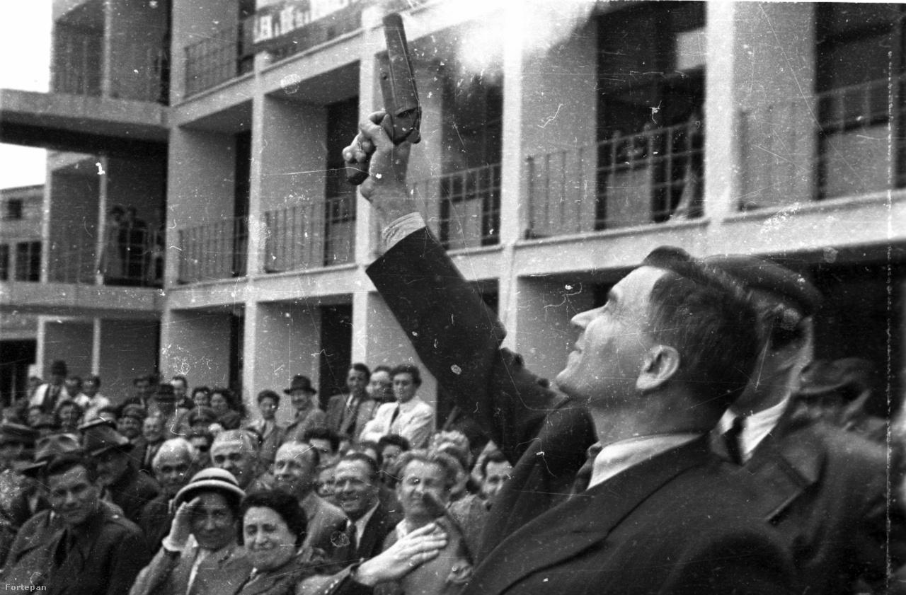 Eldördült a startpisztoly, 1950. május 7-től kezdve van Magyarországnak igazán modern, nagy kapacitású nemzetközi repülőtere. A repülőtér átadásakor jelen volt a politikai vezetés színe-java, többbek között Bebrits Lajos közlekedés- és postaügyi miniszter, valamint Vass Zoltán az Országos Tervhivatal elnöke is.