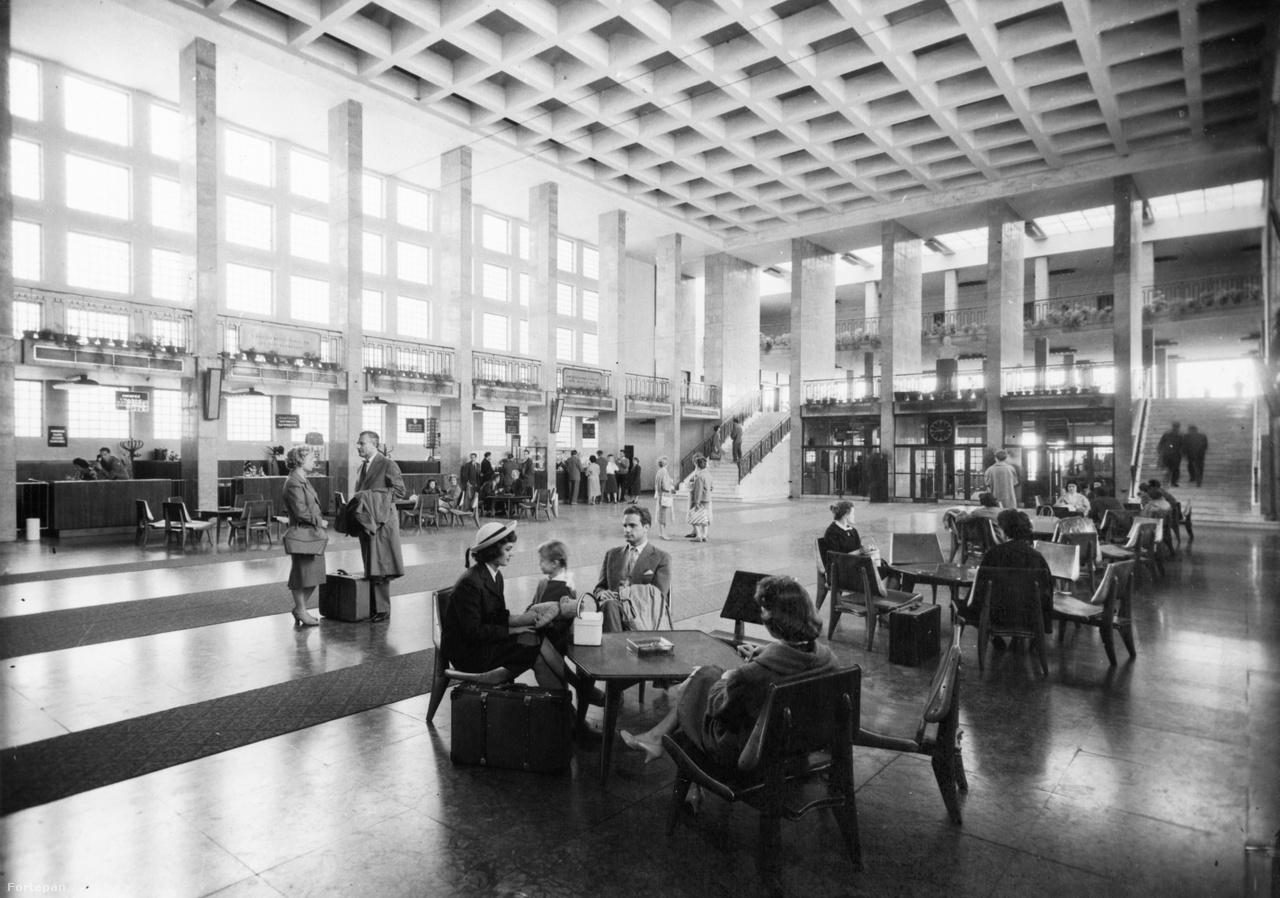 1961-es felvétel az 1-es terminál impozáns, nagy várócsarnokáról.