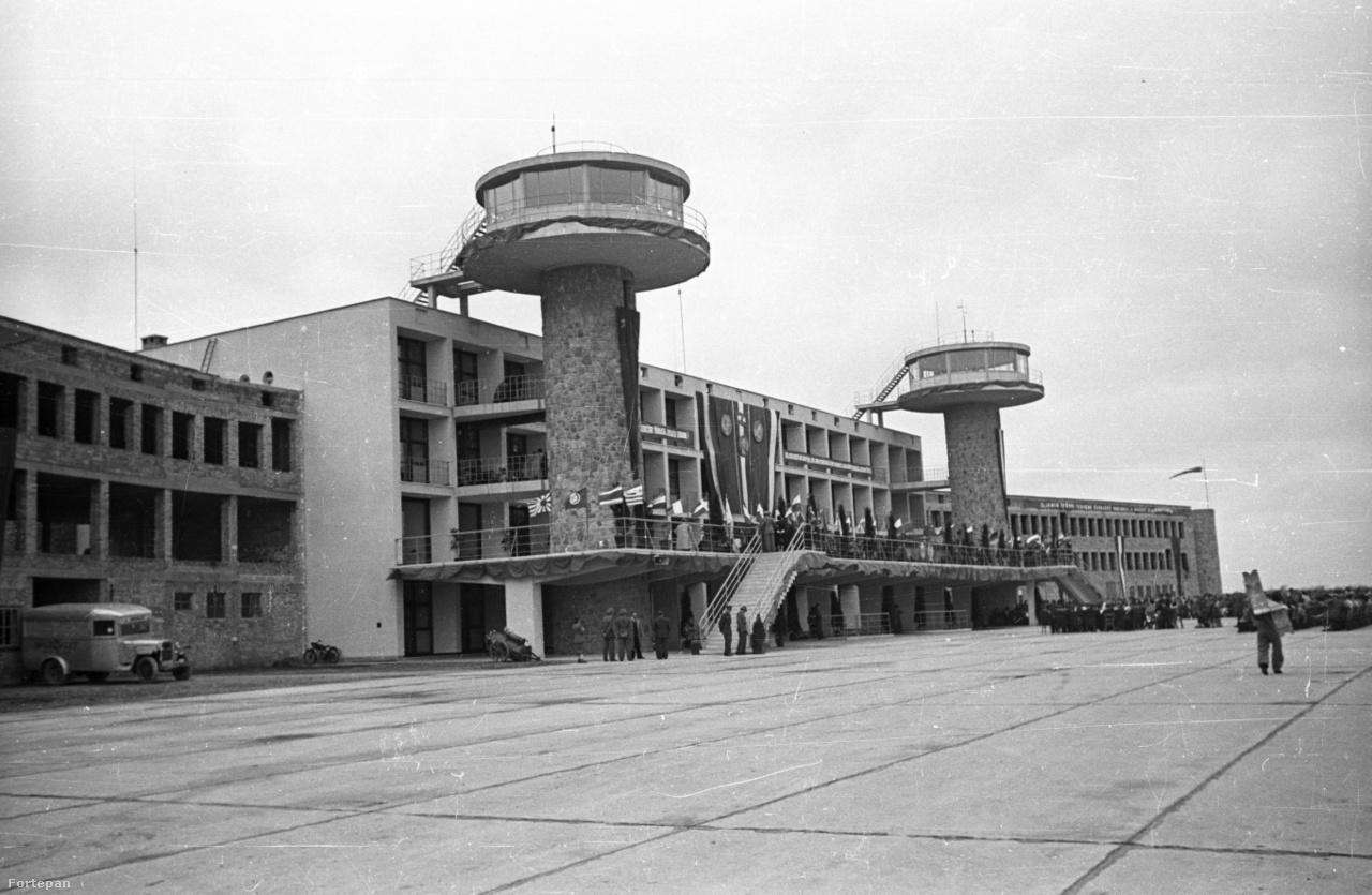 1950. május 7. A ferihegyi repülőtér Dávid Károly építész által tervezett modern, két jellegzetes toronnyal bíró főépülete az ünnepélyes átadás napján. A fotót jobban megnézve látható, hogy az épület még félkész, a két szárnyon még javában dolgoznak, a munkák az ötvenes évek közepére fejeződtek be. A képen nem látszik, de a terminál fölülről nézve madarat formál.