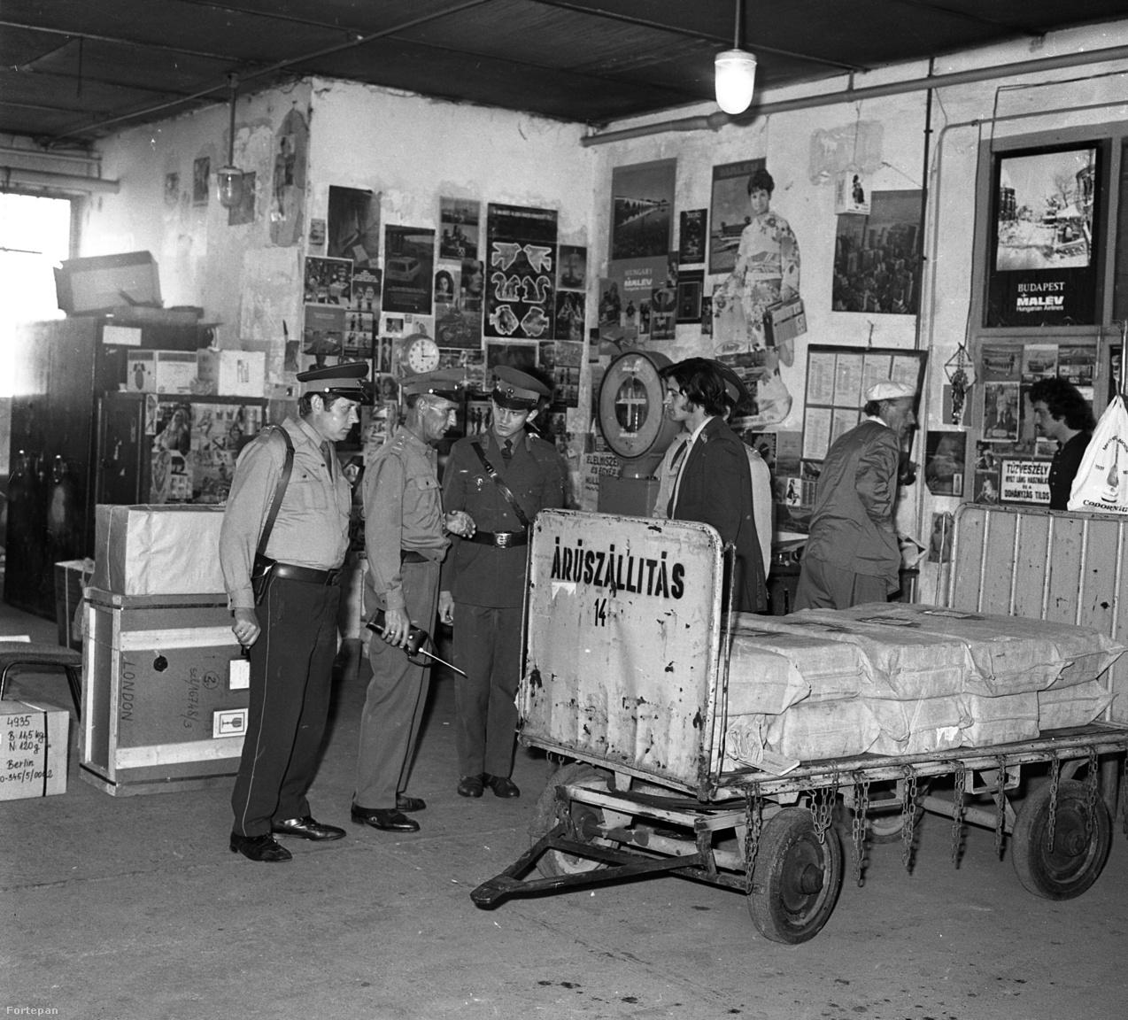 Rendőri ellenőrzés a ferihegyi repülőtér légi áruszállítás raktárában, 1975-ben.