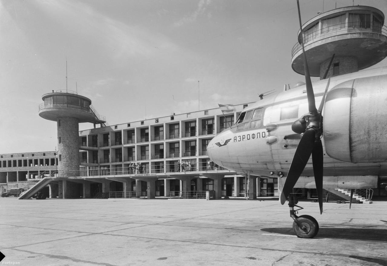 Aeroflot szovjet állami légitársaság egyik Iljusin Il-14 utasszállító repülőgépe 1956-ban, a ferihegyi repülőtér terminálépülete előtti betonon.