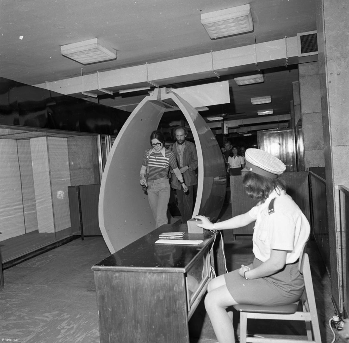 1974-ben így nézett ki egy fémdetektoros biztonsági kapu a ferihegyi repülőtéren.