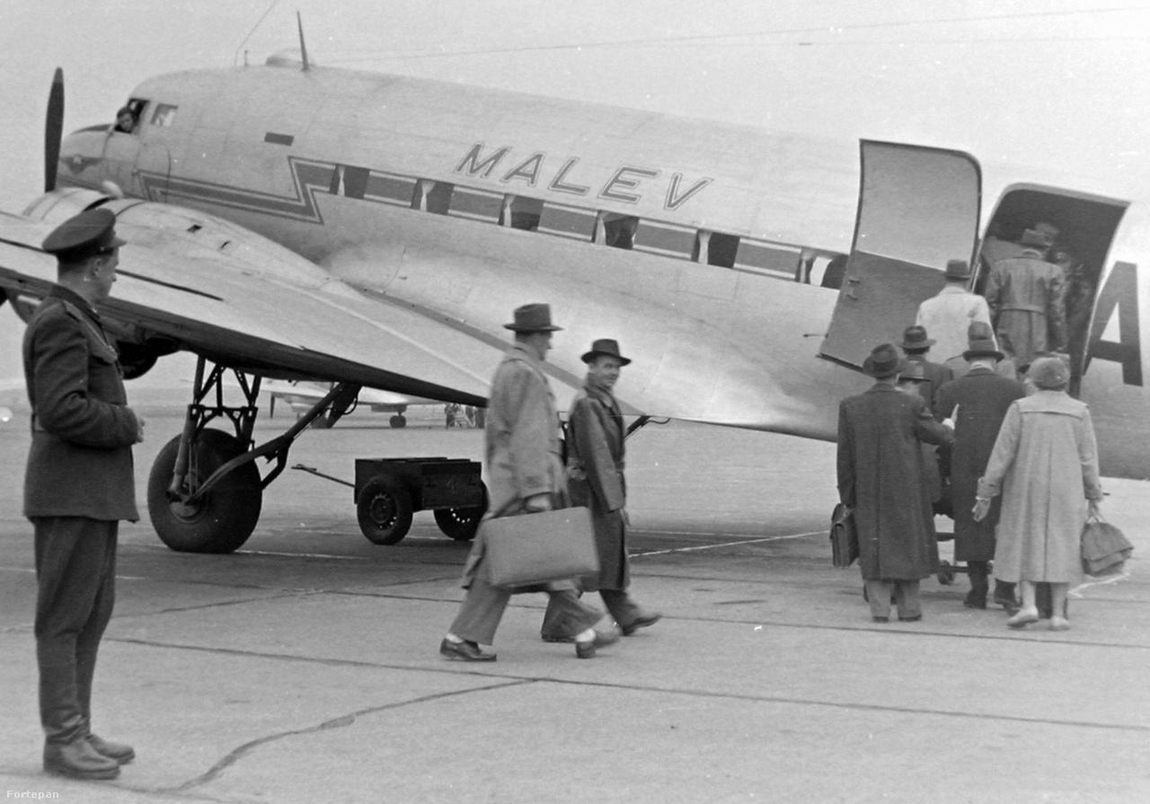 1955. Utasok szállnak be a Magyar Légiközlekedési Vállalat (Malév) Liszunov Li-2P utasszállító repülőgépébe. A két légcsavarral hajtott repülőgépet a Szovjetunióban gyártották az amerikai DC–3 szállító repülőgépnek licensze alapján.