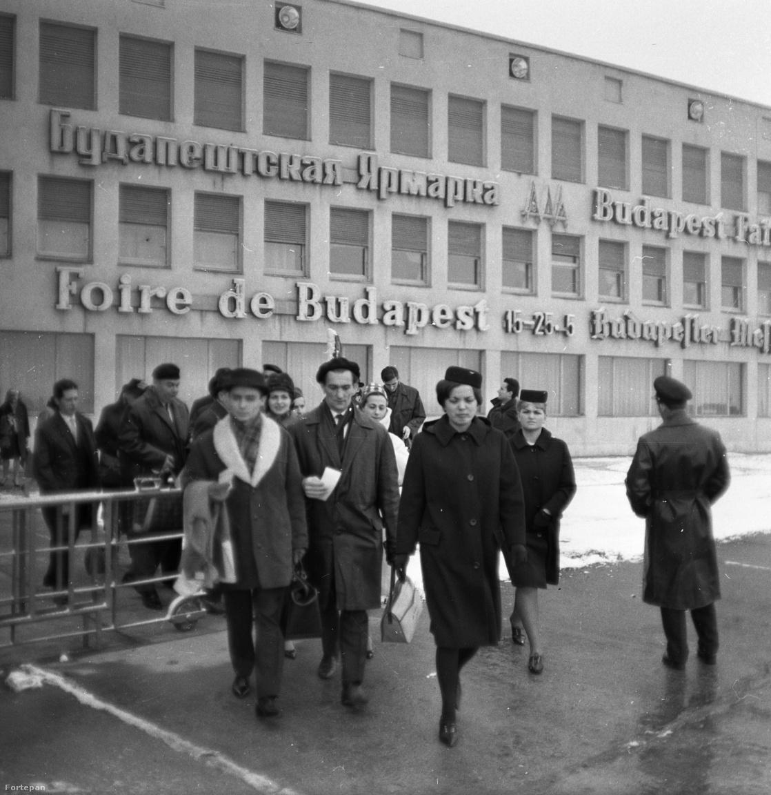 1964: a Magyar Állami Operaház balett társulata Kairóba utazik. A háttérben jól megfigyelhetőek a főépület többnyelvű neonfeliratai.
