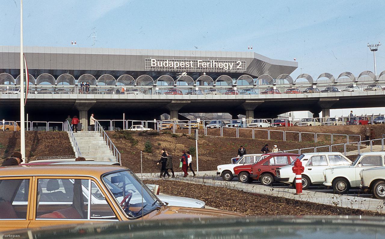 1989: a 2-es terminál épülete, a parkoló felől nézve. A szocialista autóipar remekei közt a sasszeműek két BMW-t is kiszúrhatnak.