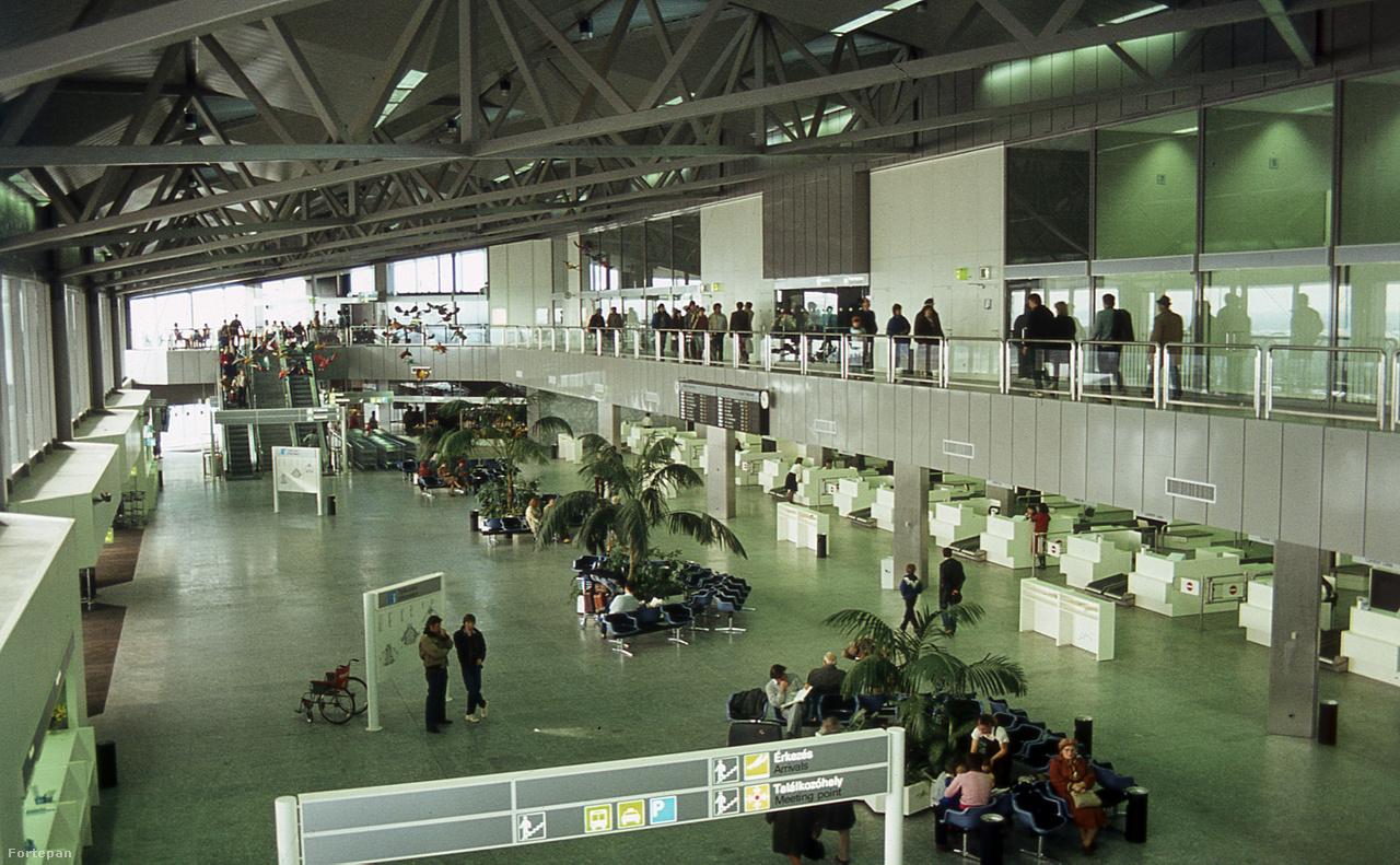 1989-es fotó a 2-es terminálról – barátságos szellős terek, hatalmas pálmák, fotelek. Az indulási oldal csarnokának túlsó végében látni lehet a színes madarakat is, amik 1985 óta lógtak az utasok feje fölött. A vidám műgyanta alkotások még a 2010-es évek elején is megvoltak, pár évvel ezelőtt, a nagy átépítéskor tűntek el.