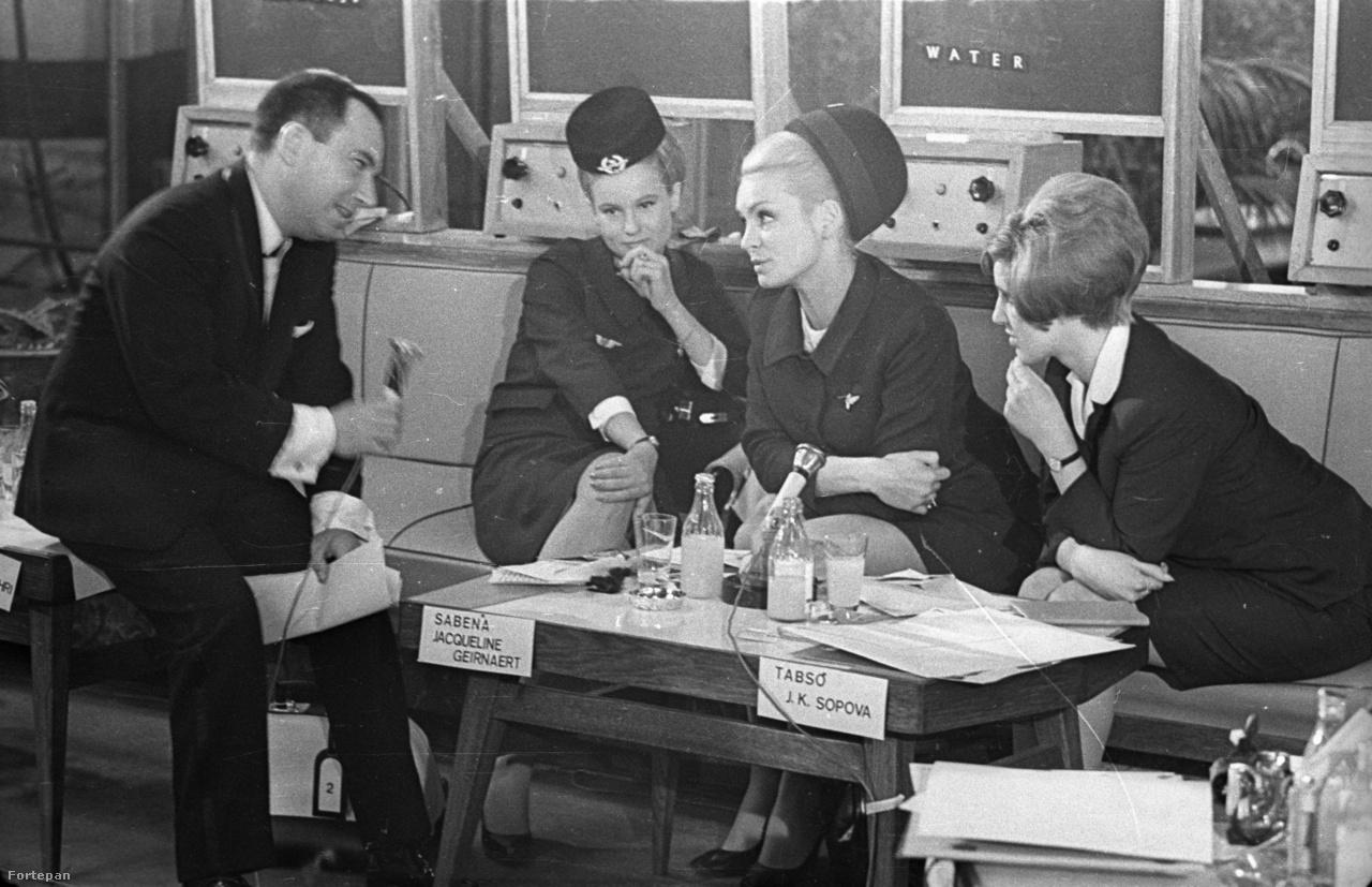 Ma már nehéz elhinni, de ilyen is volt akkoriban: Malév Nemzetközi Légikisasszony-vetélkedő, 1967-ben. Vitray Tamás műsorvezető Jacqueline Geirnaert-t, a belga Sabena légitársaság versenyzőjét faggatja. Jobb szélen a bolgár Tabso légitársaság stewardesse koncentrál erősen.