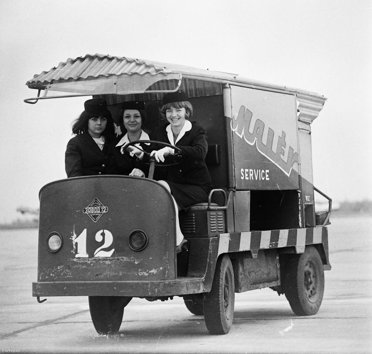 Amikor vidám az élet a reptéren: a Malév három légikísérője pózol az légiközlekedési vállalat egyik Zavod-12 típusú elektromos szervizkocsijával (1966).