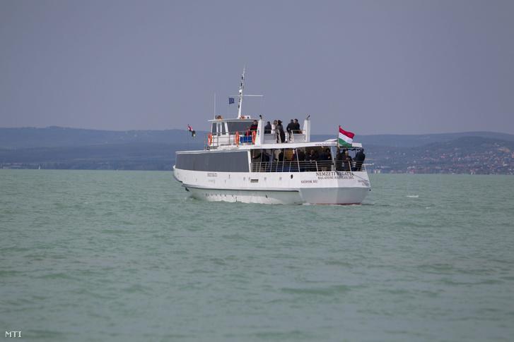 A Nemzeti Regatta nevű motoros, a Balatoni Hajózási Zrt. legújabb, 180 fős hajója vízre bocsátása napján, nagypénteken a siófoki kikötő közelében 2017. április 14-én