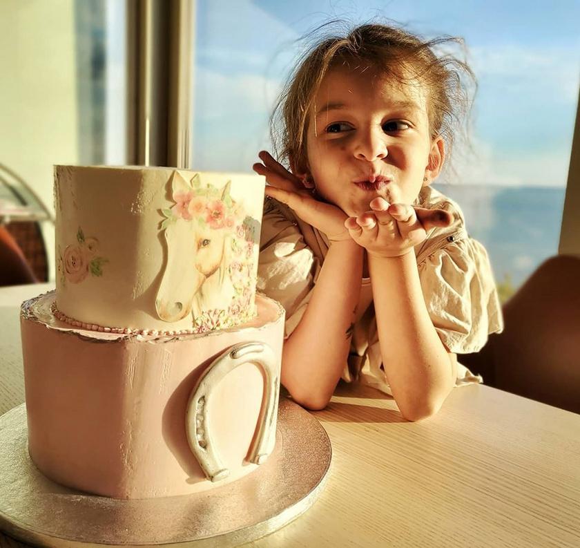 Nánási Mici a hetedik születésnapján készült fotón kész kis hölgy.