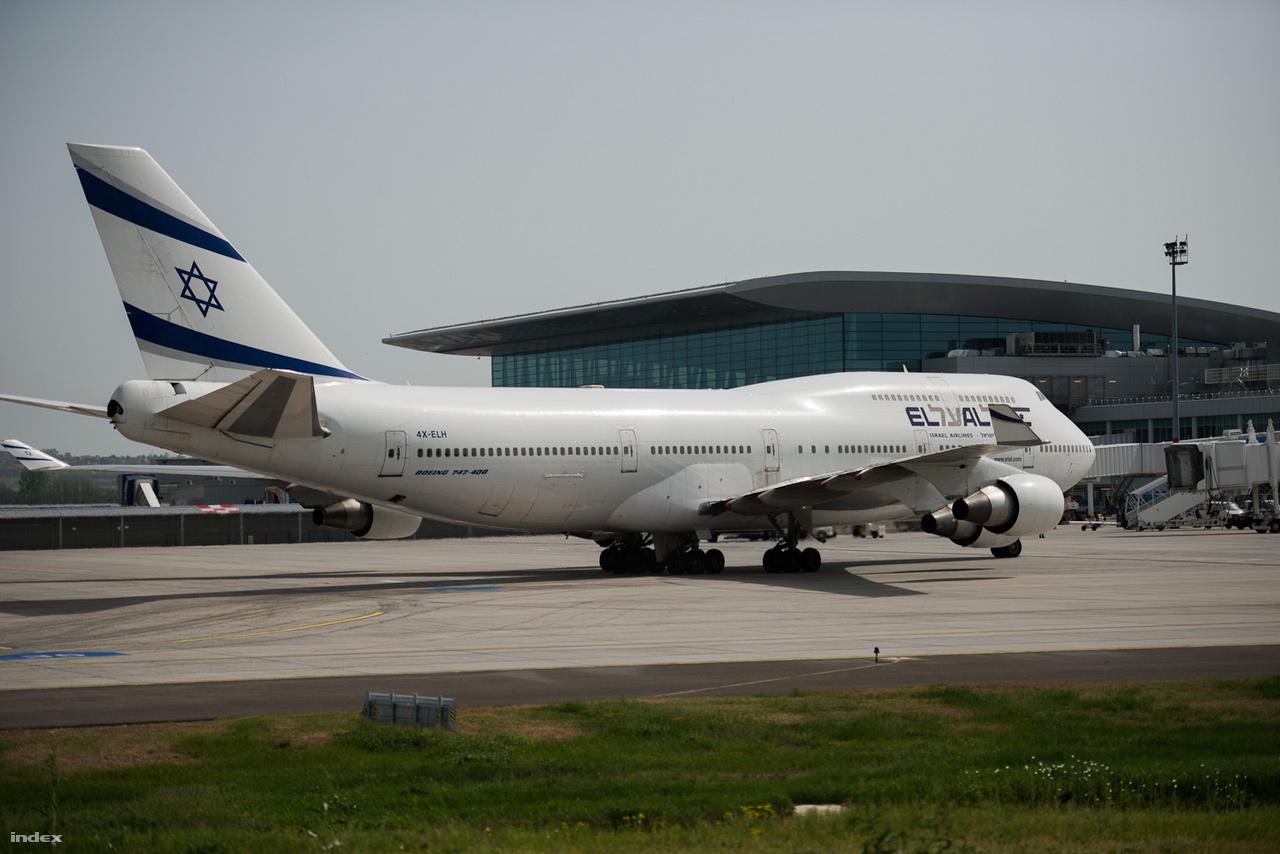 2013-as fotó a 2011-ben megnyitott új, a 2A és 2B terminálokat összekötő új, közös utasváró épületről, a SkyCourt-ról. Az előtérben az El-Al hatalmas, kétszintes Boeing 747-400 gépe.