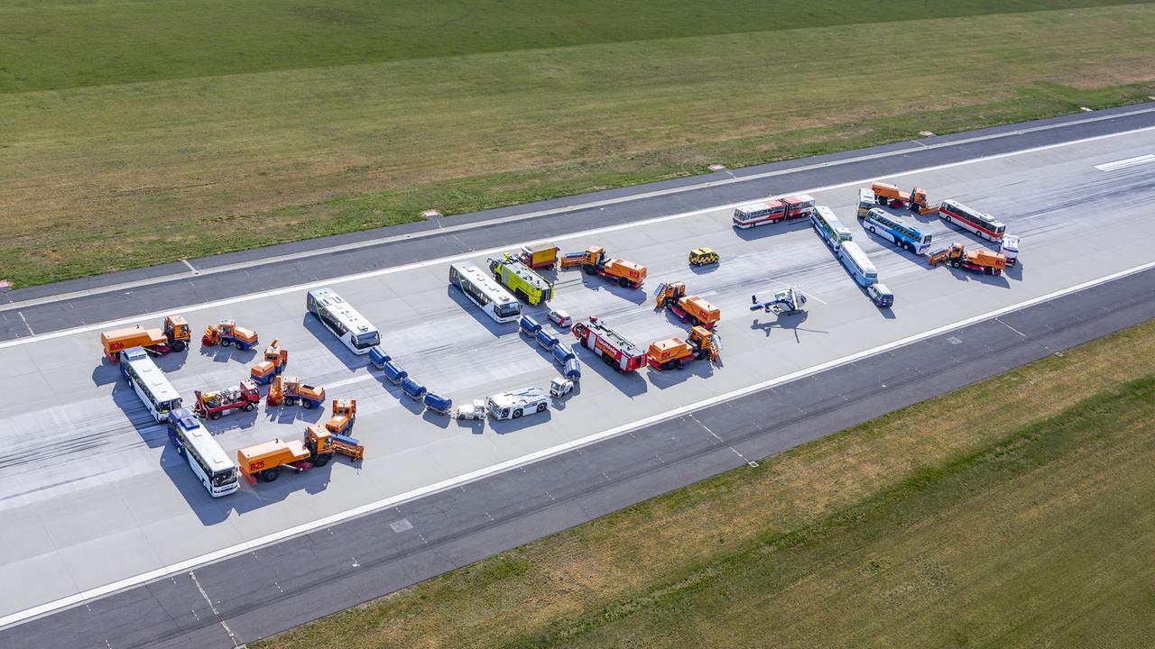 Születésnapi fotó: 30 reptéri járműből rakták ki a BUD feliratot és a 70-es számot a reptér dolgozói.
