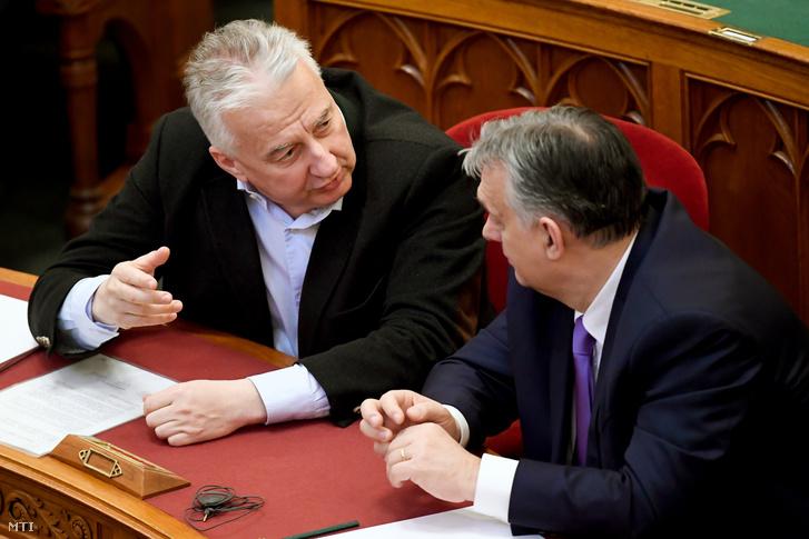 Orbán Viktor miniszterelnök (j) és Semjén Zsolt nemzetpolitikáért felelős miniszterelnök-helyettes az Országgyűlés plenáris ülésén 2020. március 10-én