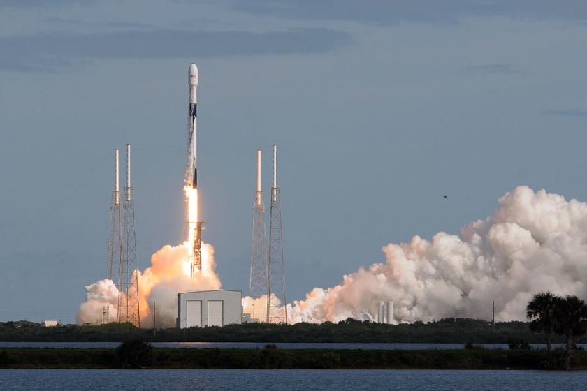 A Falcon 9 kilövése a Földről.