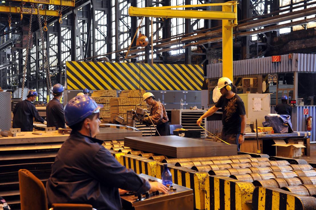 Dolgozók táblalemezek csomagolását végzik az ISD Dunaferr Zrt. meleghenger-üzemében Dunaújvárosban 2013. augusztus 19-én.