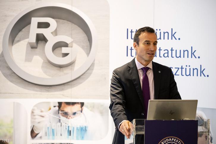 Orbán Gábor, a Richter Gedeon Nyrt. vezérigazgatója a Budapesti Értéktőzsde kereskedését indító csengetésén 2019. november 22-én