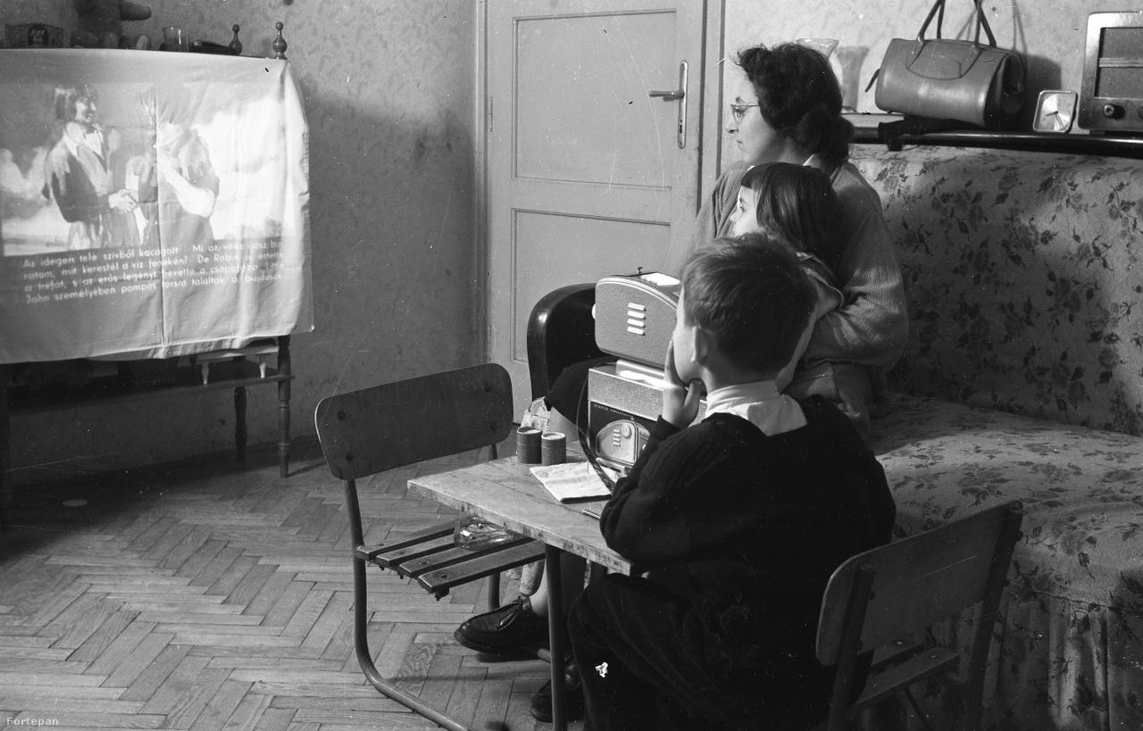 1958. Magyarország,Budapest XIII. Gyöngyösi utca 51/a sz. alatti lakás, diafilm vetítés. (Robin Hood).