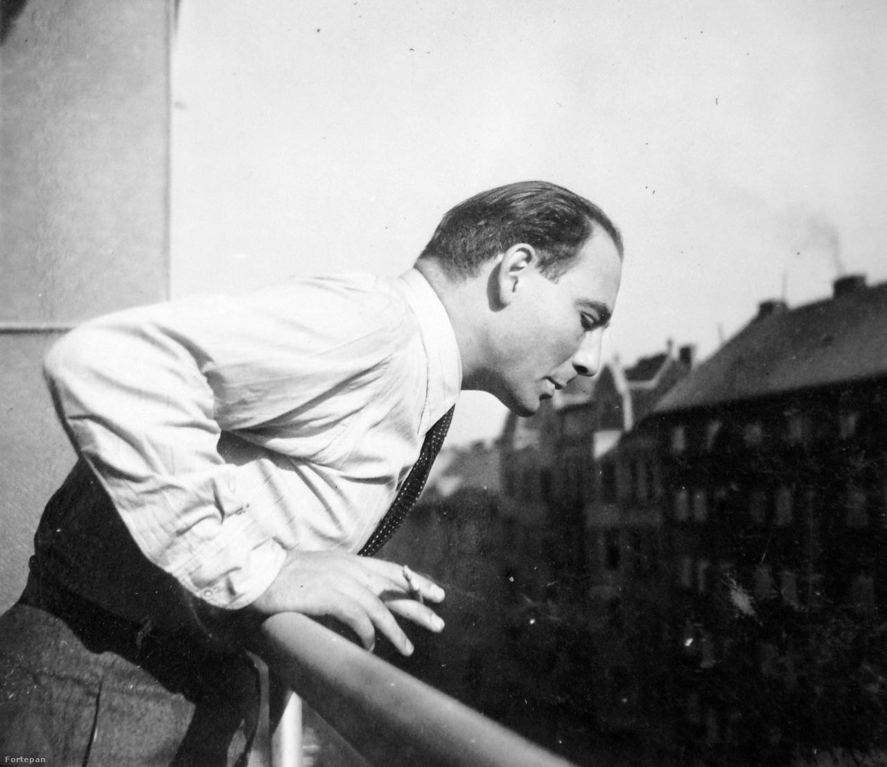 1941. Magyarország,Budapest II. Gádoros Lajos építész a Margit körút 65. sz. alatti lakásának erkélyén.
