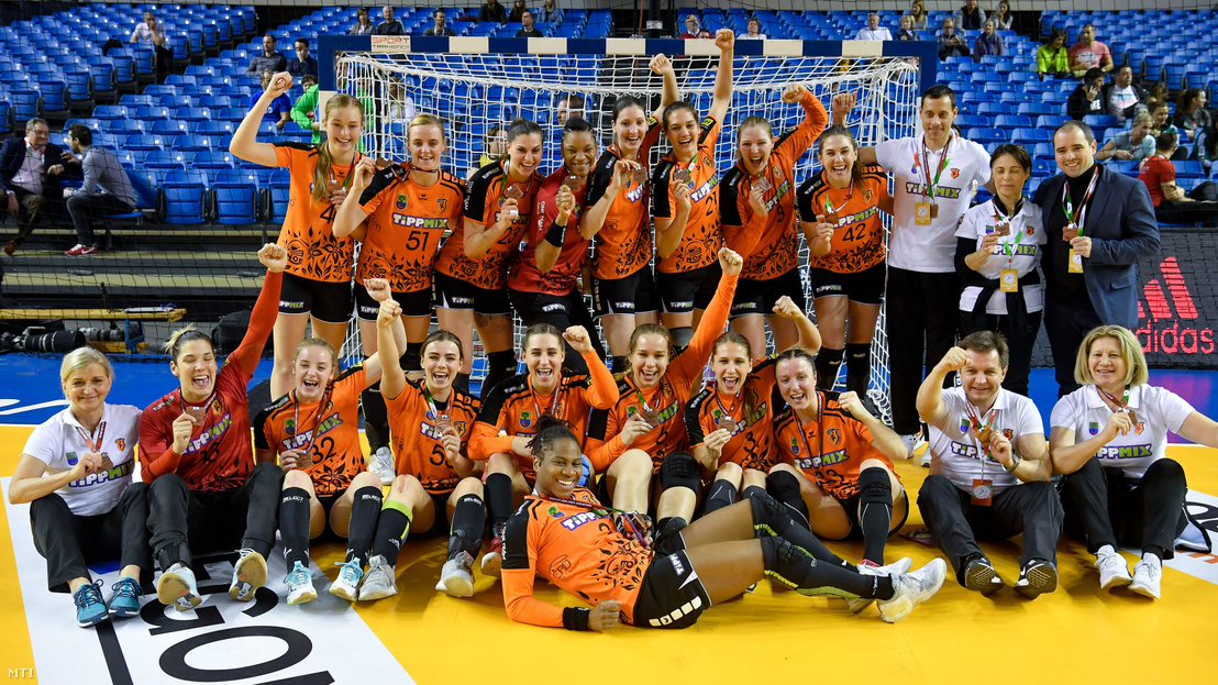 A bronzérmes érdi csapat a női kézilabda Magyar Kupa harmadik helyéért játszott Dunaújvárosi Kohász KA - Érd HC mérkőzés után a debreceni Főnix Csarnokban 2019. március 17-én.