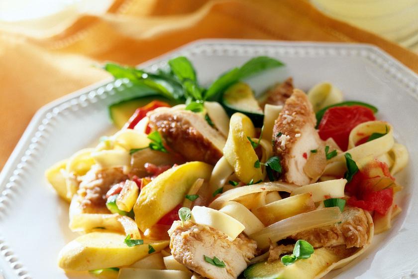 Paradicsomos, csirkés tészta jó fokhagymásan: fél óra alatt megvan