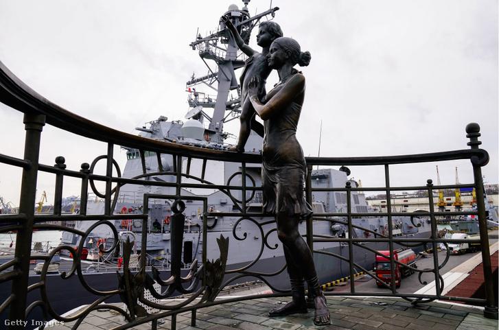A matróz feleségének szobra az odesszai kikötőben