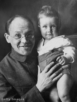 Az Odesszai történetek írója, Iszaak Emmanuilovics Babel és gyermeke 1927-ben.