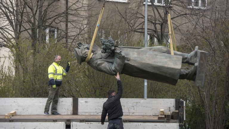 Aktatáskányi méreg, leszerelt szobor, testőrök a polgármester körül