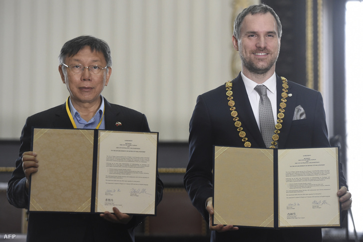 Tajpej polgármestere Ko Wen-je és Zdeněk Hřib a testvérvárosi megállapodás aláírásán 2020. január 13-án.