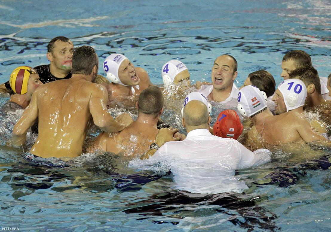 A magyar férfi vízilabda-válogatott tagjai ünnepelnek Benedek Tibor szövetségi kapitánnyal a vízben, miután 8-7-re legyőzték a montenegrói válogatottat a barcelonai vizes világbajnokság döntőjében 2013. augusztus 3-án