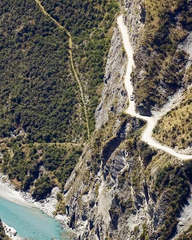 Az új-zélandi Skippers út az aranybányászat miatt épült, a munkálatok pedig 22 évig tartottak. Annyira veszélyesnek számít, hogy a helyi autókölcsönző cégek szerződésben tiltják, hogy valaki errefelé kocsikázzon.