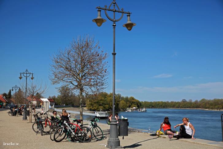 Kerékpárosok Szentendrén 2020. április 10-én.