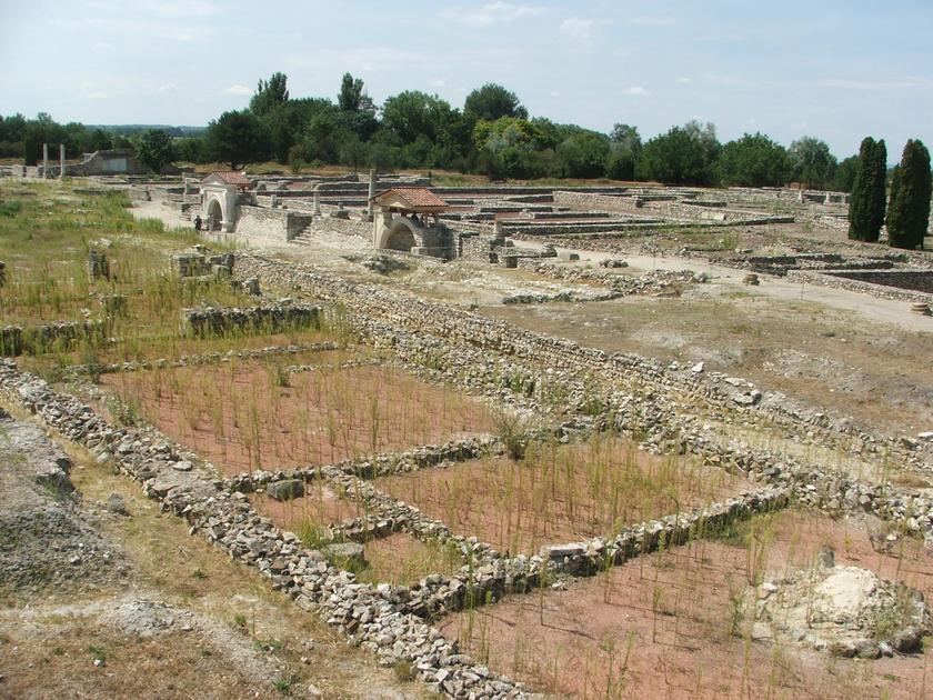 Gorsium-Herculia eleinte Pannonia fontos közigazgatási, közlekedési és stratégiai csomópontja volt, később vallási központként működött. Katonai jelentőségét jórészt a dunai limes megépítésével vesztette el, ekkor épült várossá a tábor.
