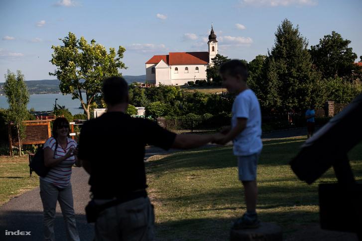 Látogatók a Tihanyi apátsági templom közelében.
