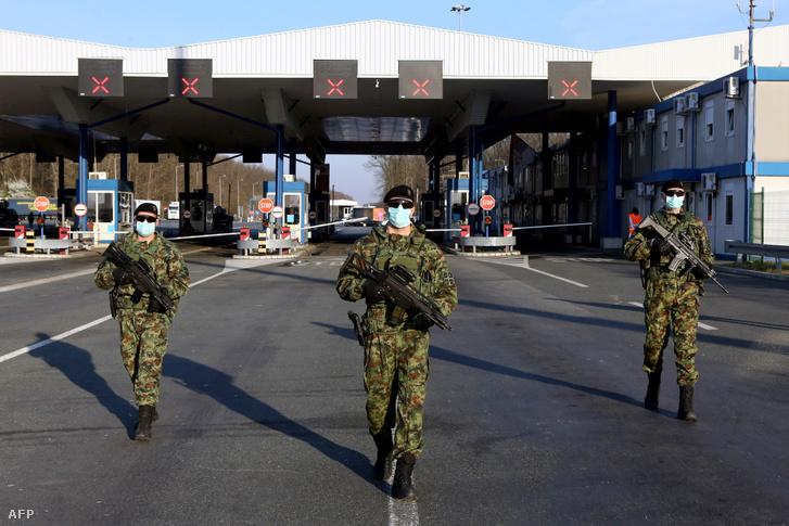 Szerb katonák járőröznek Szerbia és Horvátország közötti Batrovci határátkelőhelyen 2020. március 20-án.