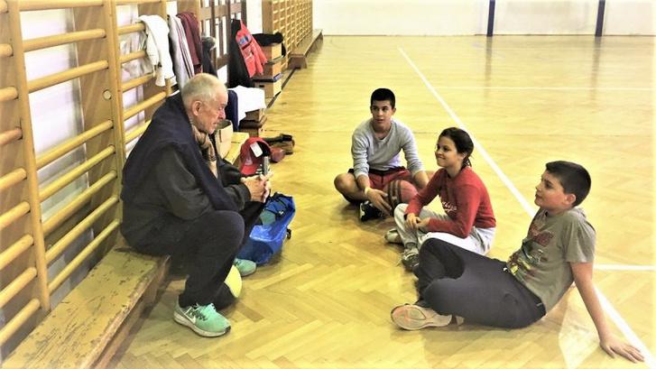 Edzés előtti megbeszélés atlétapalánta gyerekeivel