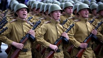 Minszket nem érdekli a koronavírus, 14 ezer ember volt a katonai parádén