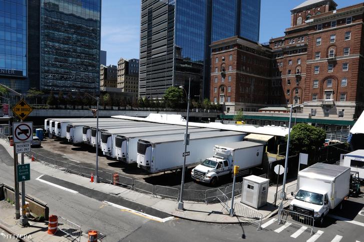 Ideiglenes halottasházként működő hűtőkamionok a tisztifőorvosi hivatal előtt New Yorkban 2020. május 5-én