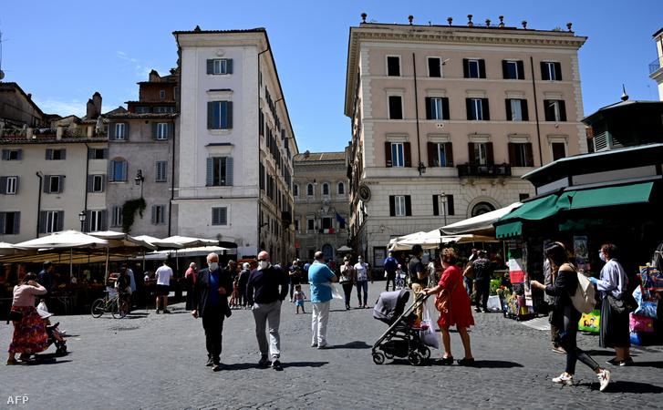 Vásárló és sétáló olaszok Róma egyik terén 2020. május 9-én.