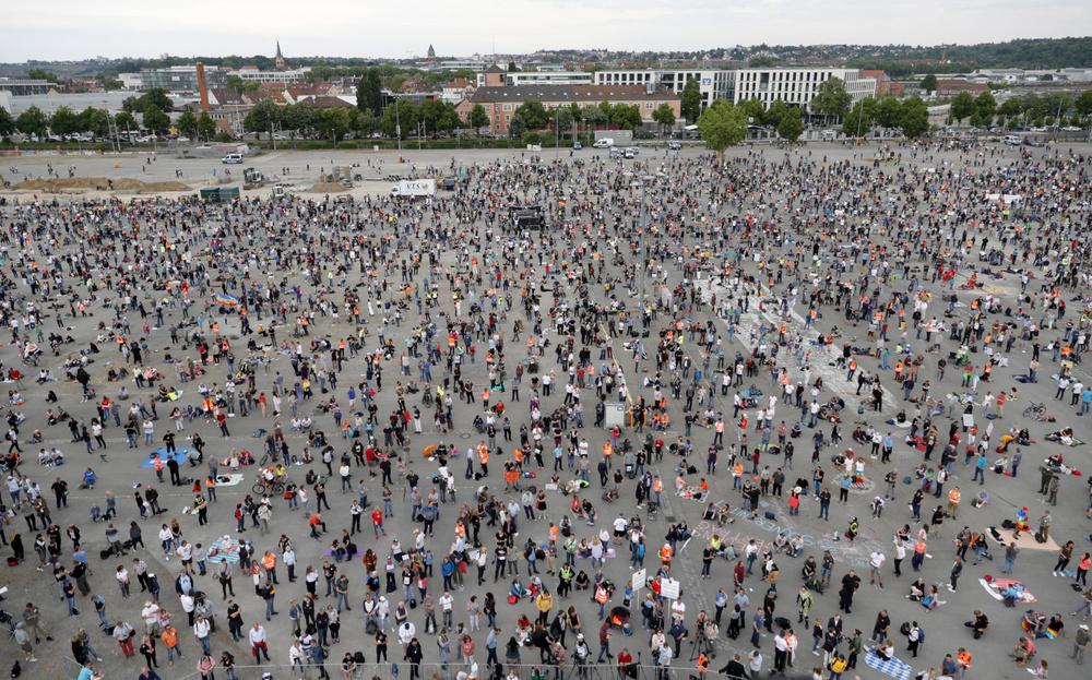 Több ezren tüntettek maszk nélkül a korlátozások ellen Németországban
