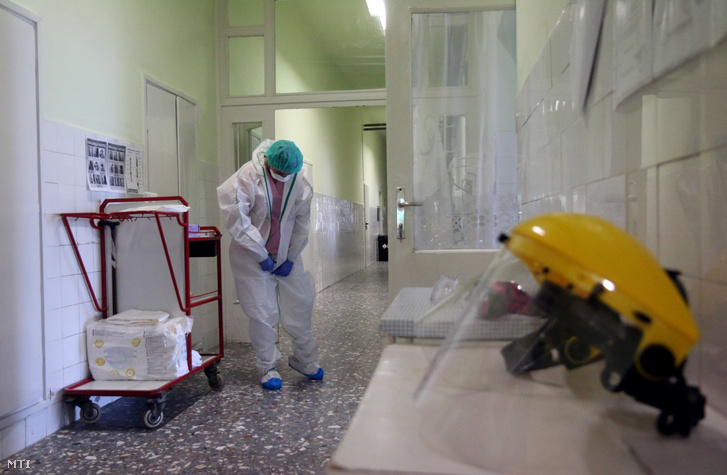 Ápolónő védőruhát vesz fel a Borsod-Abaúj-Zemplén Megyei Központi Kórház és Egyetemi Oktatókórház járványkórházként működõ Semmelweis Tagkórházának infektológiai osztályán Miskolcon 2020. április 7-én