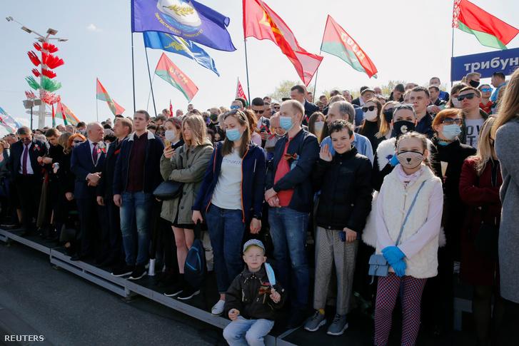 Résztvevők a II. világháború európai befejezésének 75. évfordulója alkalmából tartott katonai parádén Minszkben 2020. május 9-én.