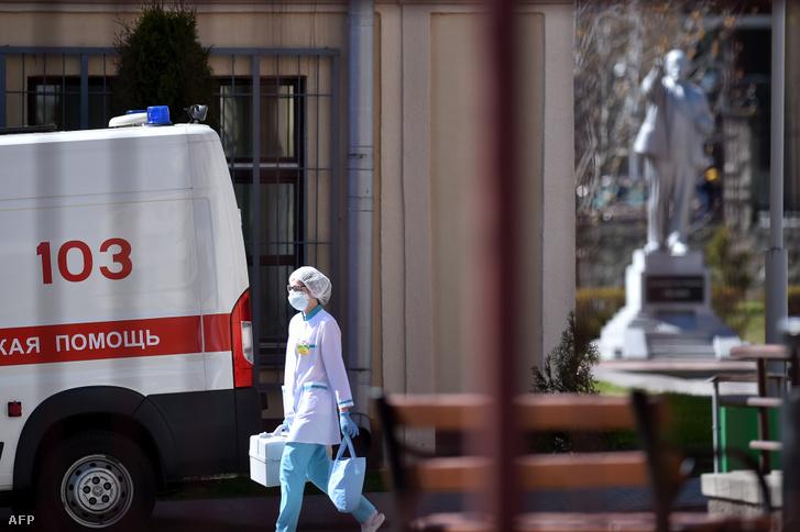 Maszkot viselő nővér egy kórház előtt Minszkben 2020. április 22-én