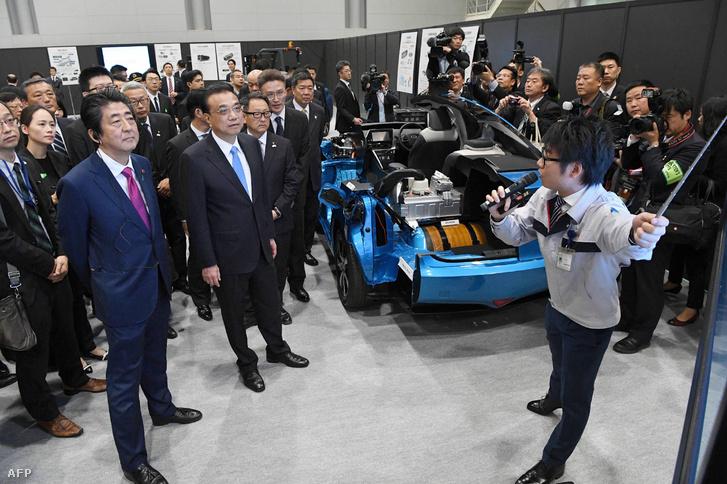 Li Keqiang kínai miniszterelnök és Shinzo Abe japán miniszterelnök 2018. májusában a Toyota Motor csoport gyárában Tomakomaiban.
