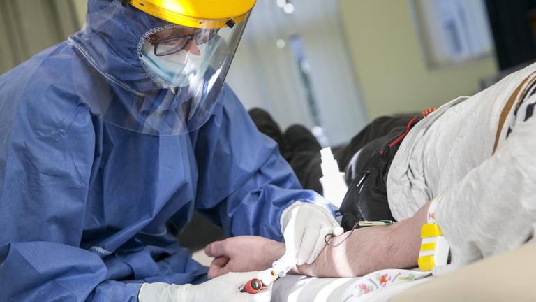 Újabb nyolc halálos áldozata van a koronavírusnak